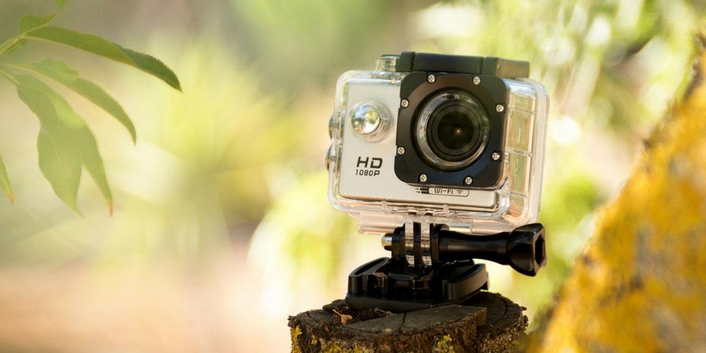 Action Cam și set complet de accesorii pentru filmări de aventură