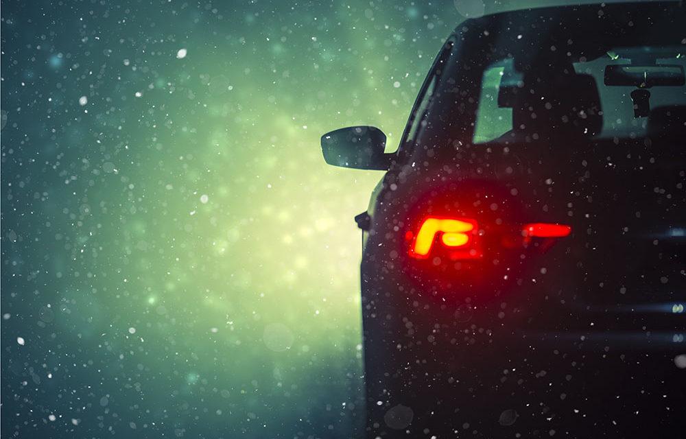 Ieși la drum cu mașina pe zăpadă? Uite ce să iei cu tine ca să ajungi cu bine la destinație